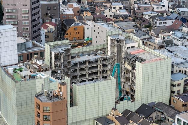 Detroyed-gebäude unter tokyo-stadtbild von staatsbürgerlichem tover bunkyo, japan, shinjuku-gebäudestadtbild Premium Fotos