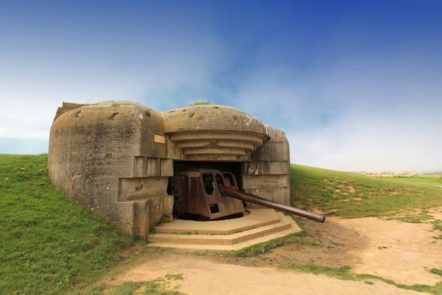 Deutscher bunker in der normandie aus dem zweiten weltkrieg Premium Fotos