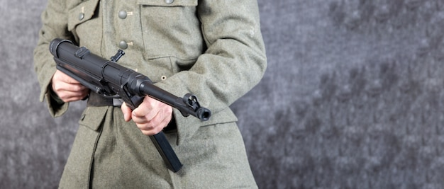 Deutscher soldat des zweiten weltkriegs mit einem maschinengewehr Premium Fotos