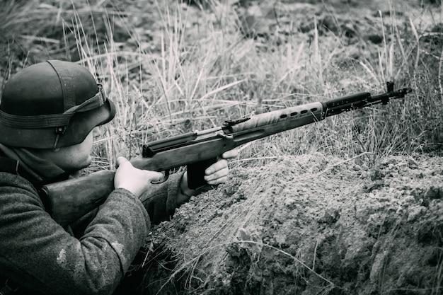 Deutscher soldat zweiten weltkrieg in einem graben mit einem gewehr. homel, weißrussland Premium Fotos
