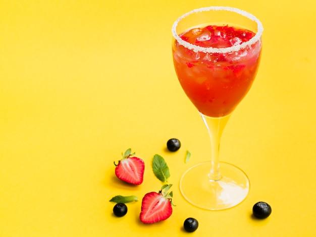 Dewy glas getränk mit erdbeeren Kostenlose Fotos