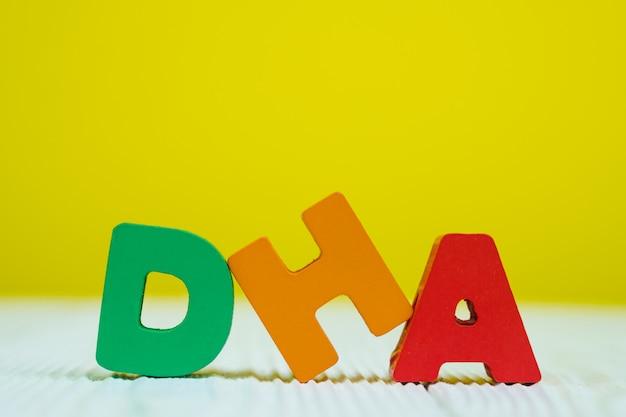 Dha-textalphabet auf gelbem wandhintergrund Premium Fotos