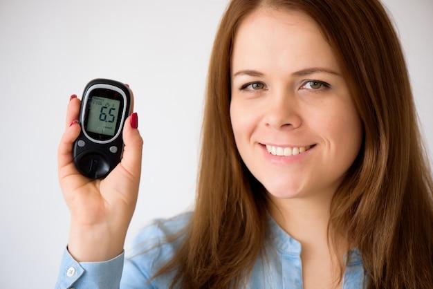 Diabetiker misst den glukosespiegel im blut. diabetes-konzept. diabetiker liefert auf einem weißen hintergrund. Premium Fotos