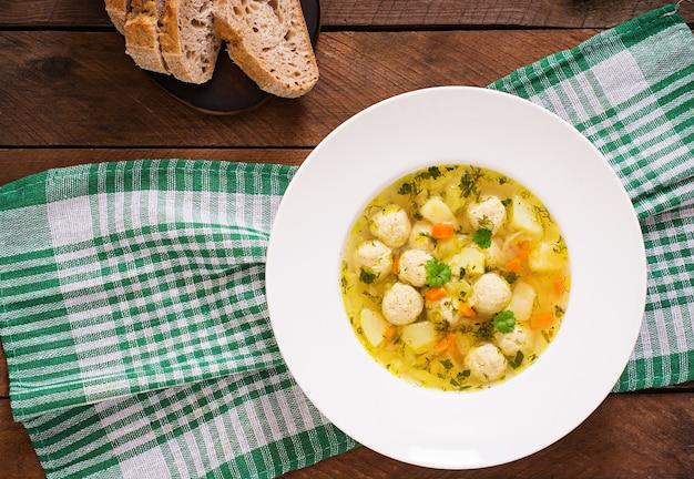 Diätetische suppe mit hühnerfleischbällchen und selleriestangen Premium Fotos