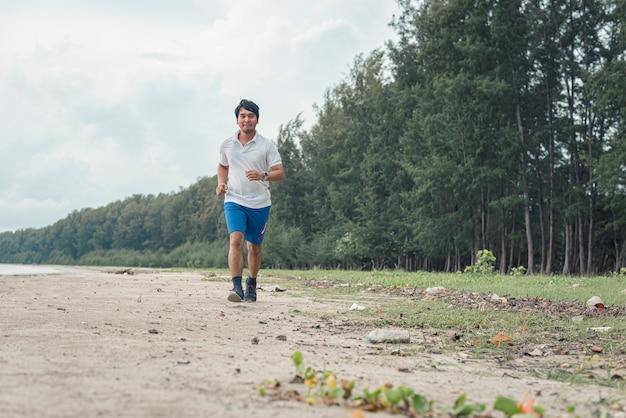 Dicker mann läuft am strand Premium Fotos