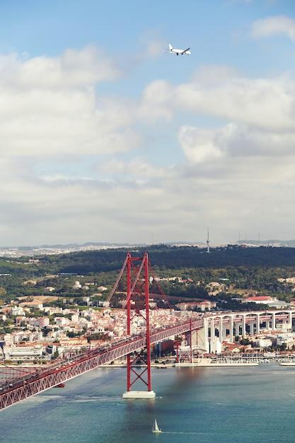 Die 25 de abril stahl-suspendierungsbrücke in lissabon Premium Fotos