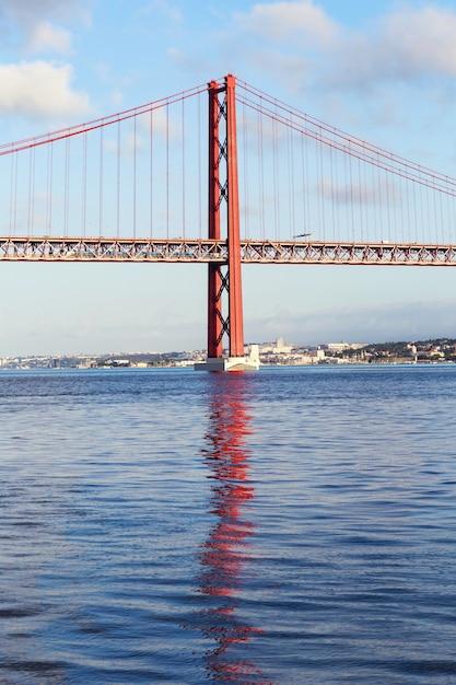 Die 25 de abril stahl-suspendierungsbrücke Premium Fotos