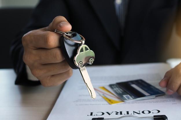 Die agentur schickte die autoschlüssel an den eigentümer, nachdem sie das auto genommen hatte, um einen hypothekenvertrag zur absicherung des darlehens abzuschließen. Premium Fotos