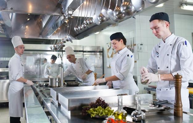 Die arbeit des kochs in der küche des restaurants. Premium Fotos