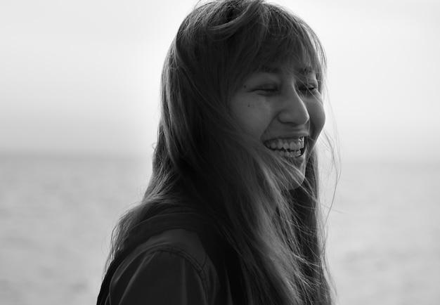Die asiatin, die mit augen lächelt, schloss porträt Kostenlose Fotos