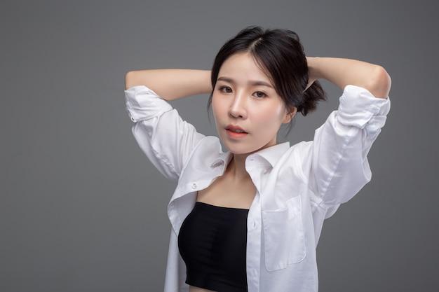 Die asiatische Bürosklavin Aika freut sich mündlich über ihren dominanten Arbeitskollegen