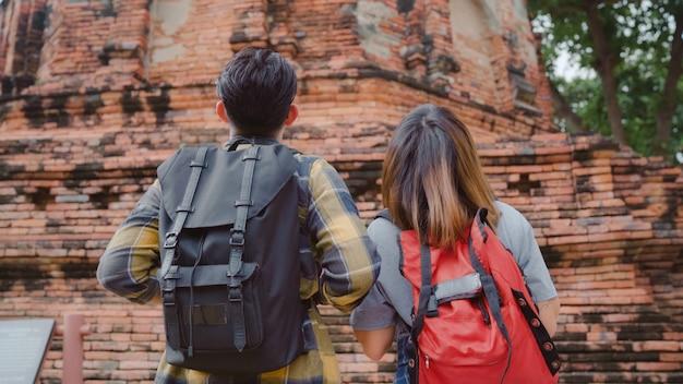 Die asiatischen paare des reisenden, die urlaubsreise in ayutthaya, thailand, süße paare des wanderers verbringen, genießen ihre reise am erstaunlichen markstein in der traditionellen stadt. Kostenlose Fotos