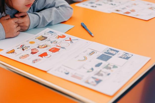 Die ausbildung der schüler spielt karten mit bildern in englisch und zahlen Premium Fotos