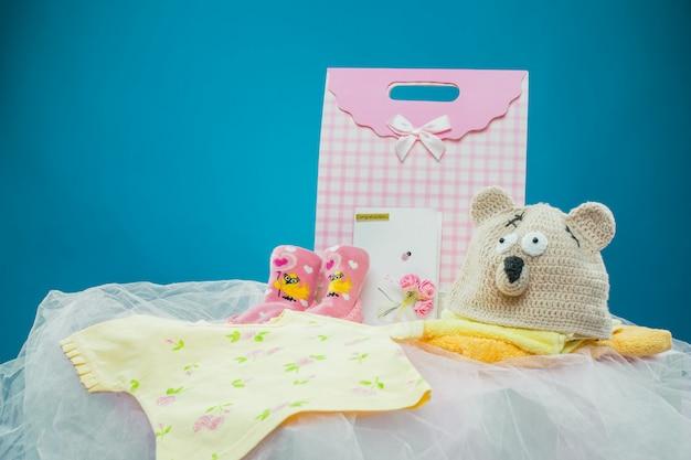 Die babykleidung mit einer geschenkbox Kostenlose Fotos