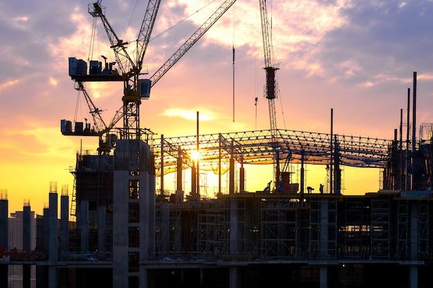 Die baustelle, die beschäftigt ist, arbeiten am anfang des errichtens des neuen komplexen infrastrukturprojektes. Premium Fotos