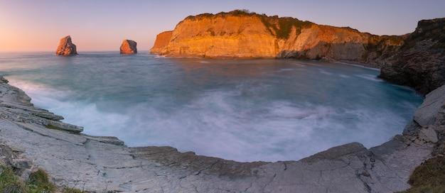 Die berühmten zwillingsfelsen an der küste von hendaia im baskenland. Premium Fotos