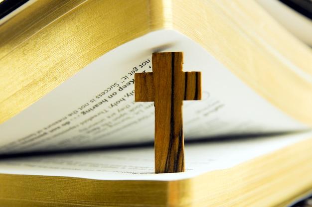 Die bibel und das kreuz Premium Fotos