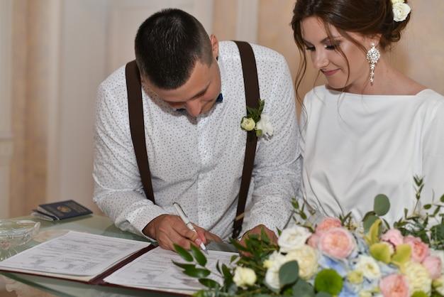 Die braut und der bräutigam bei der hochzeitszeremonie Premium Fotos