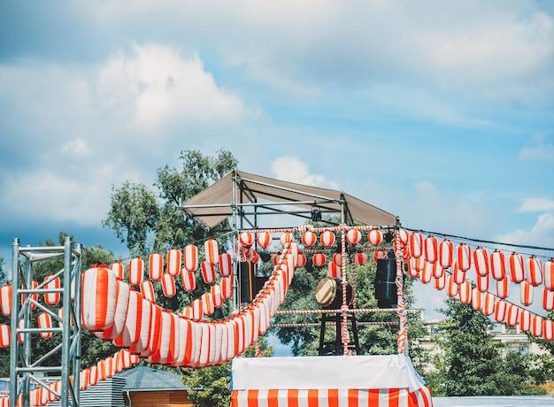 Die bühne der yagura mit einer großen japanischen taiko-trommel odaiko. Premium Fotos