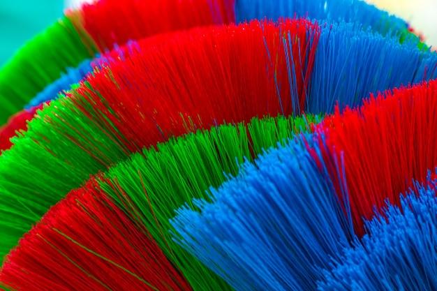 Die bunten und muster von plastikbesen. Premium Fotos