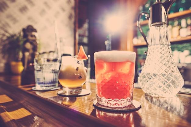 Die cocktails in der bar Kostenlose Fotos