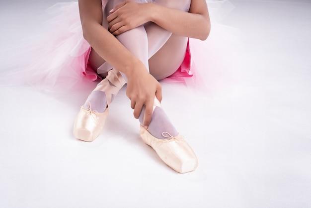Die dame hand berührt satin ballett schuh mit der rechten hand, Premium Fotos