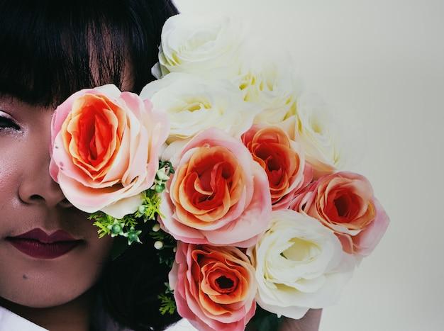 Die dame im weißen kleid mit rose Premium Fotos
