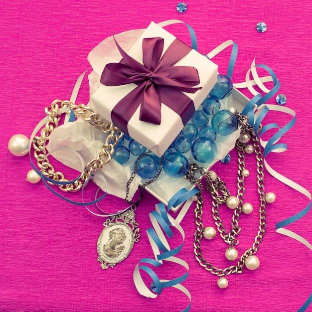 Die dekorative komposition ist in einer geschenkbox für frauen verpackt. Premium Fotos