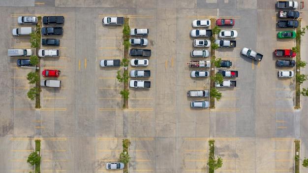 Die draufsicht auf den parkplatz mit den drohnen genommen Premium Fotos