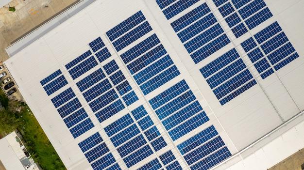 Die draufsicht auf die solarzellen auf dem dach mit den drohnen aufgenommen Premium Fotos