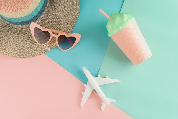 Die einzelteile der frauen auf pastellfarbhintergrund, sommerferienkonzept Premium Fotos