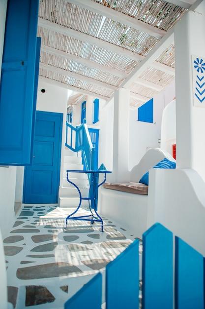 Die engen gassen der insel mit blauen balkonen, treppen und blumen in griechenland Premium Fotos