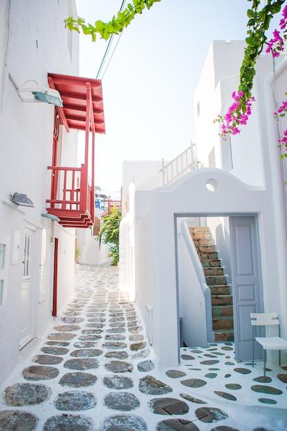 Die engen gassen der insel mit blauen balkonen, treppen und blumen in griechenland. Premium Fotos