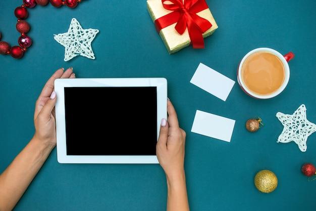 Die famale hände mit weihnachtsdekorationen. Kostenlose Fotos