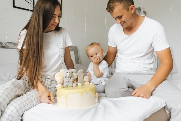 Die familie feiert den geburtstag Kostenlose Fotos