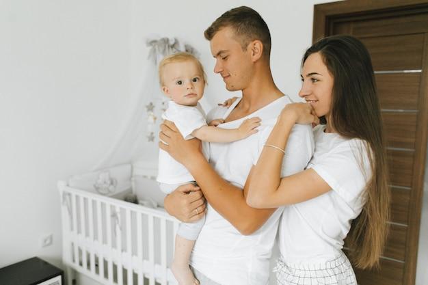 Die familie genießt es, zusammen in ihrem haus zu bleiben Kostenlose Fotos
