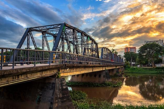 Die farbe der lichter auf der eisenbrücke zur twlight zeit in chiang mai, thailand. Premium Fotos