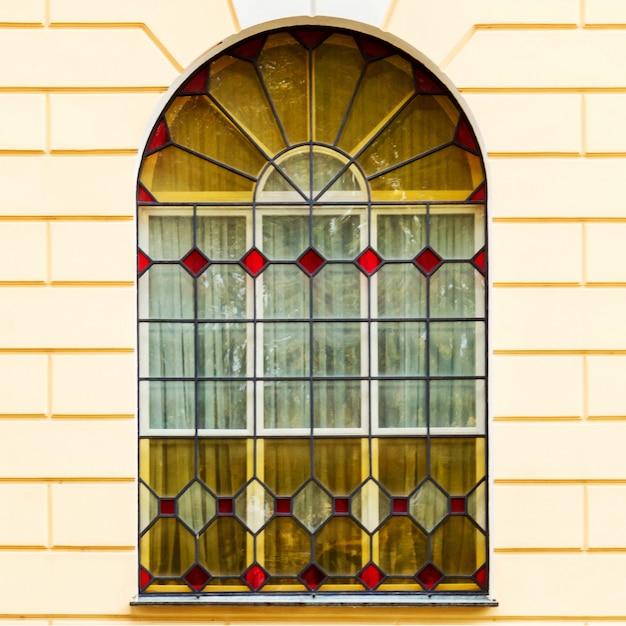 Die fassade eines alten gebäudes mit buntglasfenstern Premium Fotos