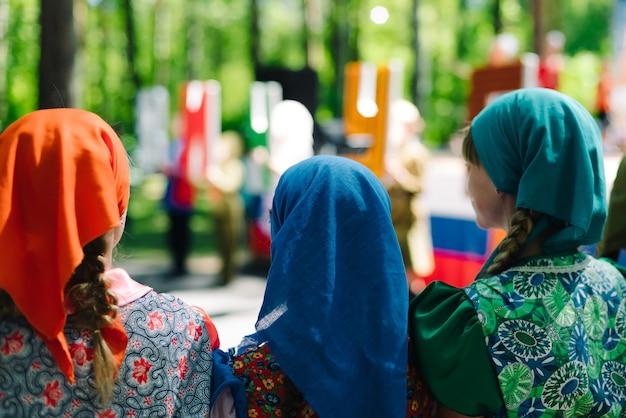 Die feier der stadt vichuga in russland. kinder treten in trachten auf Premium Fotos