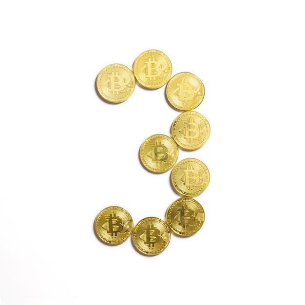 Die figur von 3 aus bitcoin-münzen ausgelegt und auf weißem hintergrund isoliert Kostenlose Fotos