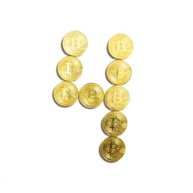 Die figur von 4 aus bitcoin-münzen ausgelegt und auf weißem hintergrund isoliert Kostenlose Fotos