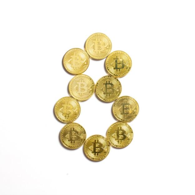 Die figur von 8 aus bitcoin-münzen ausgelegt und auf weißem hintergrund isoliert Kostenlose Fotos