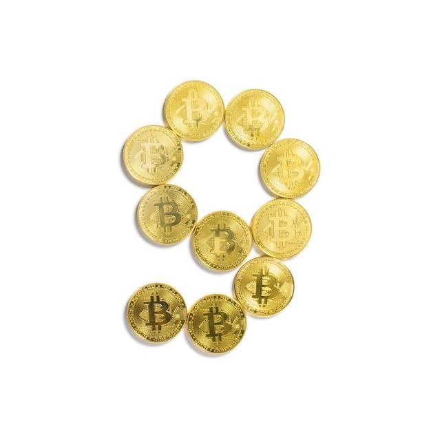 Die figur von 9 aus bitcoin-münzen ausgelegt und auf weißem hintergrund isoliert Kostenlose Fotos