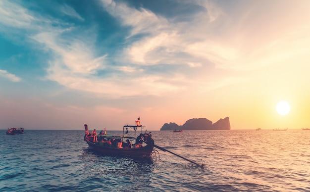 Die fischerboote mit den touristen im ozean. Premium Fotos