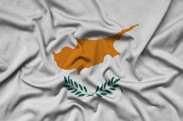 Die flagge zyperns ist auf einem sportstoff mit vielen falten abgebildet. Premium Fotos