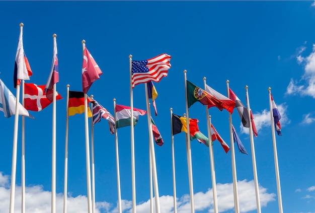 Die flaggen der vereinigten staaten, deutschlands, belgiens, italiens, israels, der türkei und anderer länder Premium Fotos