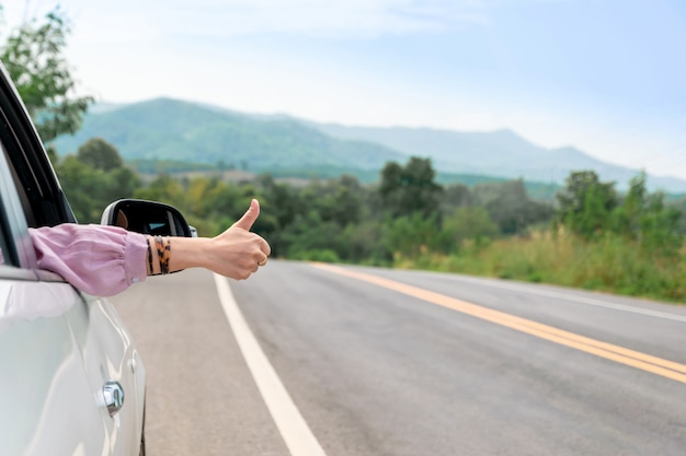 Die frau, die auf die straße fährt, reisen mit dem auto sich entspannen Premium Fotos