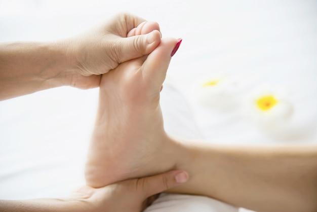 Die frau, die fußmassageservice vom nahem hohem der masseuse und fuß empfängt - entspannen sie sich im fußmassagetherapie-servicekonzept Kostenlose Fotos