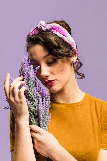 Die frau, die lavendel hält, blüht porträt Kostenlose Fotos