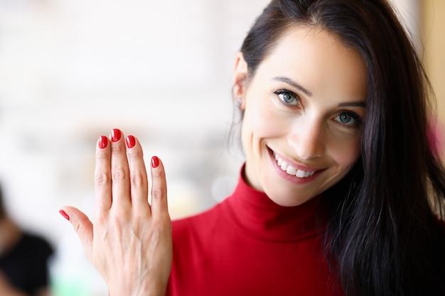 Die frau hat ihre nägel vergrößert und korrigiert Premium Fotos